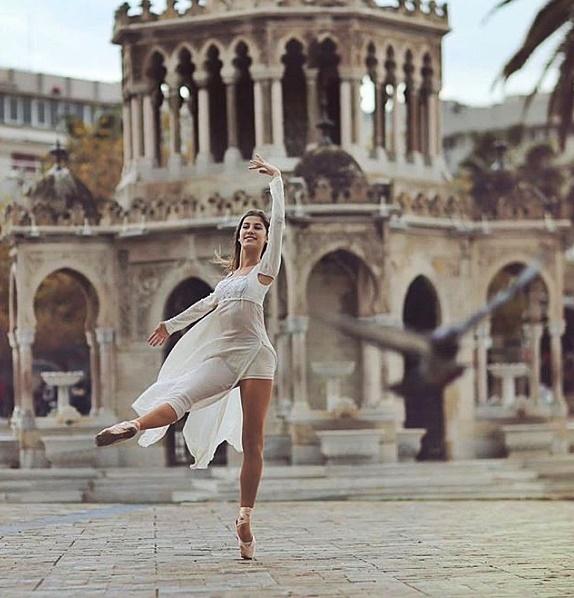 saat kulesi dans gösterisi