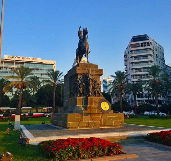 Cumhuriyet Meydanı Konak